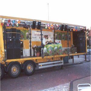 Dj's en live optredens op een podiumwagen.